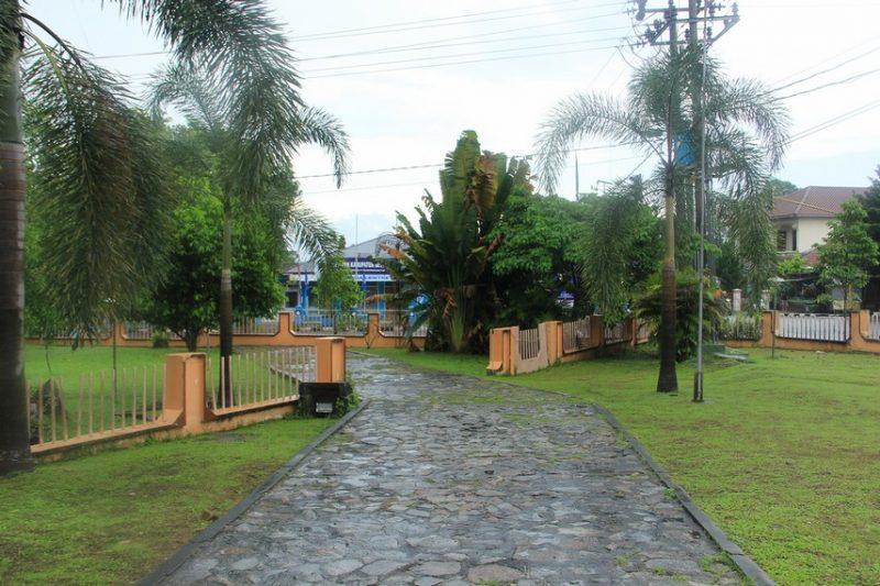 Halaman depan rumah Adat Bangka
