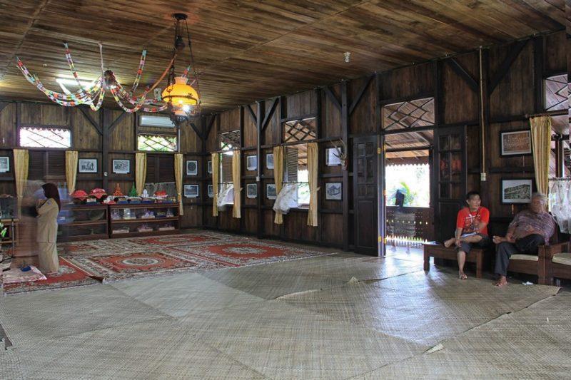 Lantai ruangan utama