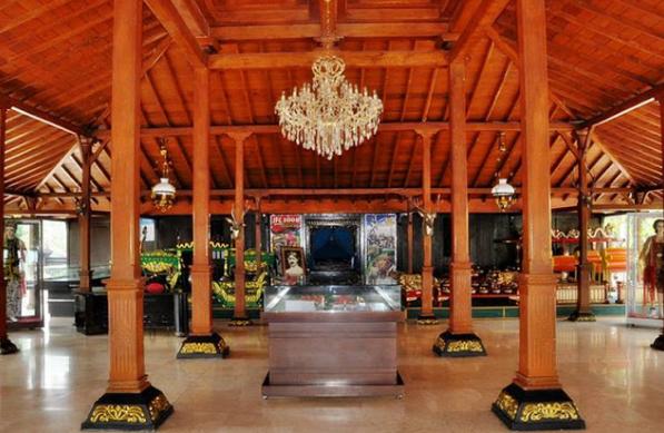 Bagian dalam rumah Madura