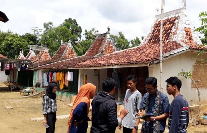 Mahasiswa KKN di rumah adat suku Madura